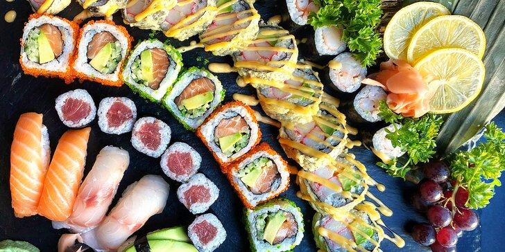 Asijské menu pro 2 osoby: 36 kousků sushi, wakame salát, jarní závitky a dezert