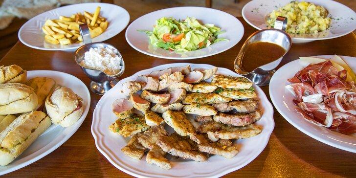 Plný stůl pro 4 nebo 6 osob: šunka, kuřecí steaky, panenka, přílohy i zelenina