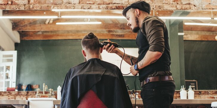 Balíček pro gentlemana v Jeddi barber shop: střih, holení, úprava obočí, masáž hlavy i sklenka whiskey