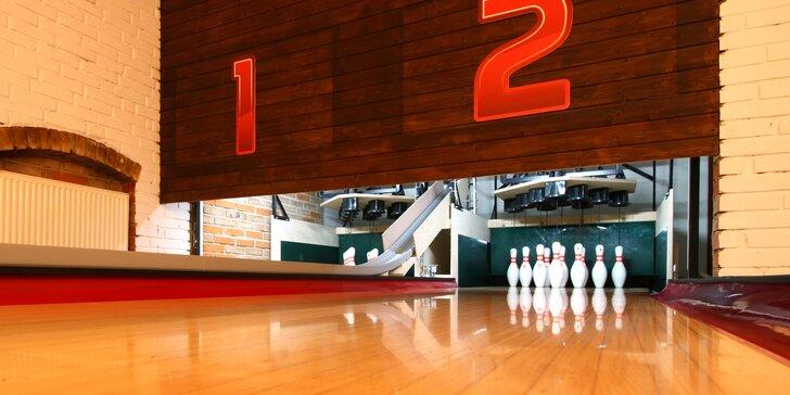 Skvělé jídlo a zábava: hodina bowlingu až pro 8 osob a dvě Chacharovy pizzy podle výběru z 15 druhů
