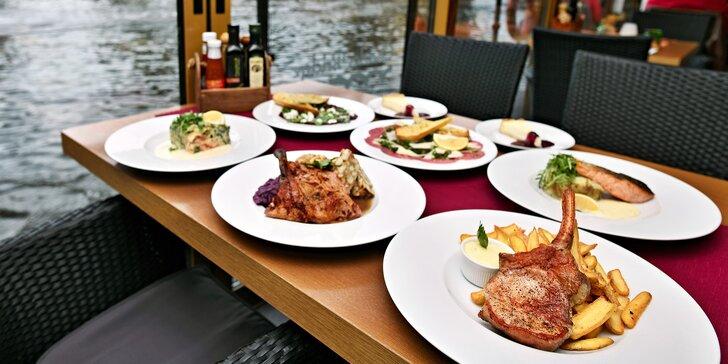 3chodové menu pro dva: kotleta, losos, kachní stehno či lasagne a báječný výhled na Karlův most