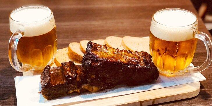 Pochoutka pro masožravce: kilo hovězích žeber v BBQ omáčce a pivo pro dva