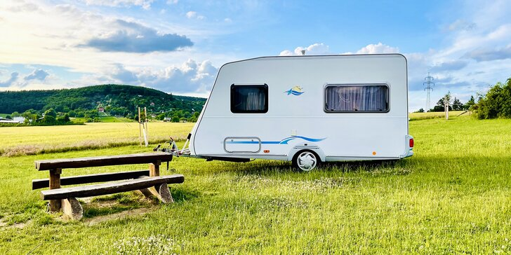 Půjčení karavanu a netušená volnost při dovolené na 1–5 dní: 2 různé přívěsy, v každém 4 lůžka