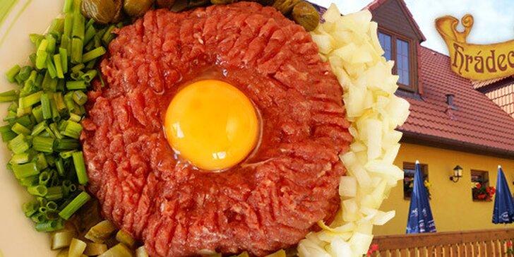 269 Kč za obří tatarák z pravé hovězí svíčkové a dvacet topinek s česnekem. Poctivá chuť a pořádná porce masa pro několik osob.