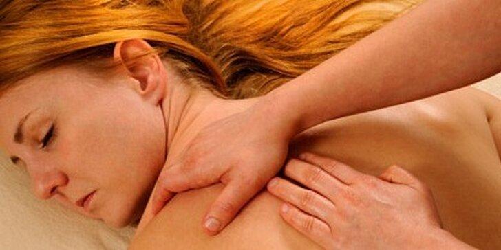 Exkluzivní relaxační masáž s olejem silice růže se závěrečným zábalem lávovými kameny