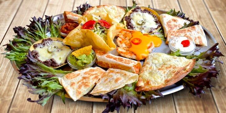 Kuřecí nebo vepřové plato tradičních mexických dobrot pro dva