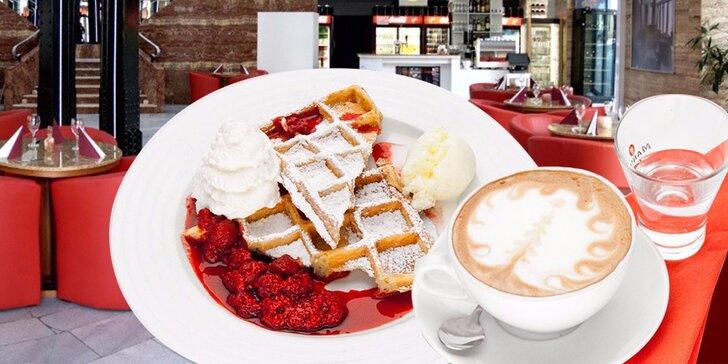 Domácí vafle a šálek oblíbené kávy: Espresso, cappuccino, irská káva a další
