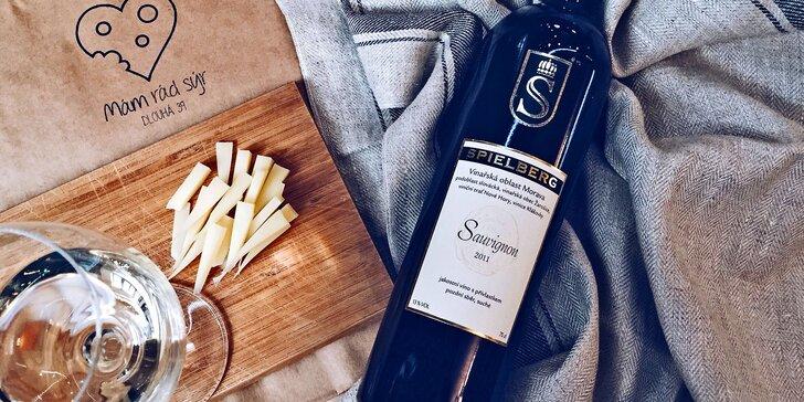Delikátní francouzský nebo italský sýr a k němu láhev vína