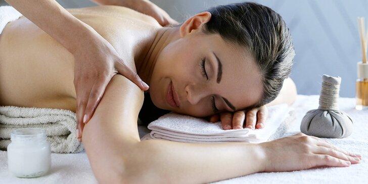 Detoxikační masáž horkými bylinnými měšci pro unavené svaly a klouby