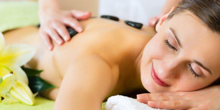 Peelingová uvolňující masáž svalstva s lávovými kameny
