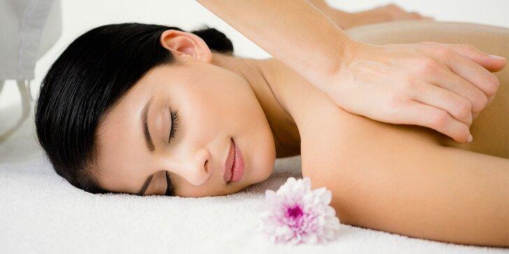 60minutová relaxační masáž zad, šíje a dolních končetin v centru Brna
