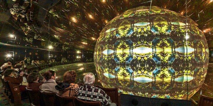 Vstupy do zrcadlového labyrintu a kaleidoskopického kina