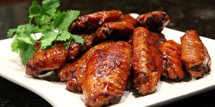 1 kg pikantních pečených kuřecích křidélek s hranolky a omáčkami