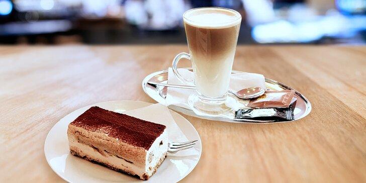 Ničím nerušená chvilka u kávy: Voňavý šálek a tiramisu
