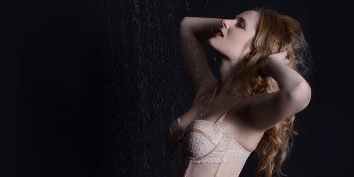 Ateliérové focení sexy snímků mezi kapkami deště