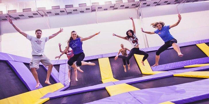 Vyskočte si radostí: Hodina zábavného skákání na trampolínách v JumpParku