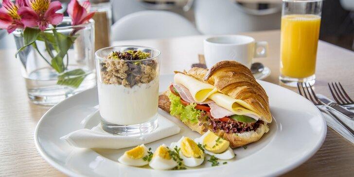 Začněte den snídaní na Žižkovské věži a prohlédněte si Prahu z výšky