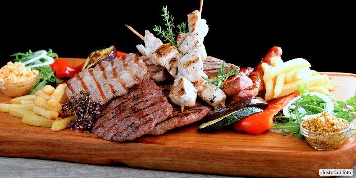 Mix grilovaných pochoutek i s omáčkami, salátem a přílohami pro 2 osoby