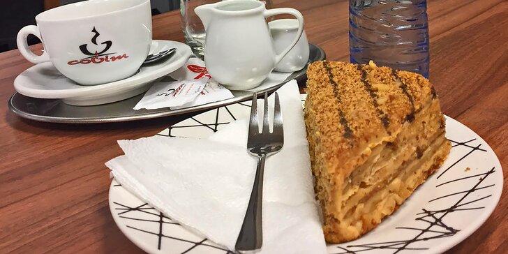 Příjemné posezení ve FOX caffé: Káva a medový dezert Marlenka