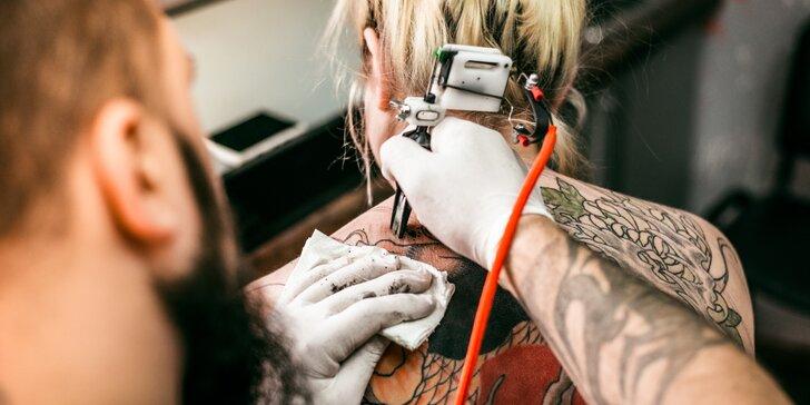 Umění přímo na tělo: nové umělecké tetování nebo překrytí stávajícího