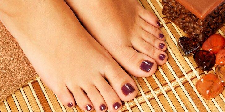 Péče o nehty na nohou včetně lakování gel lakem + možnost vánočního zdobení