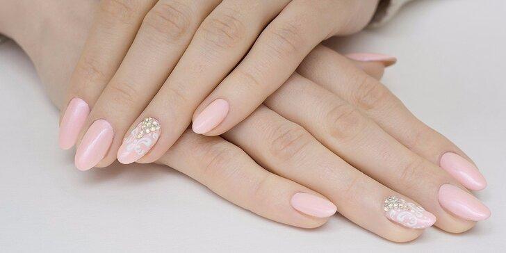 Krásné a upravené nehty luxusní kosmetikou Crystal Nails