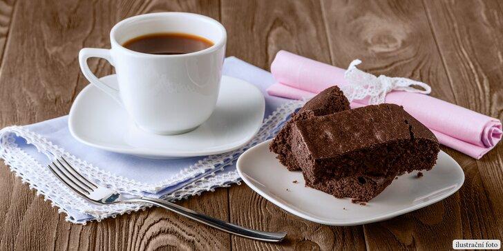 Šálek voňavé kávy a domácí zákusek v oblíbené yogotérii
