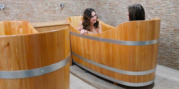 Perličková koupel v dřevěné kádi - 55 minut relaxace pro zaláskované i kamarády