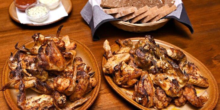 Královská bašta pro partu přátel: 2 kila kuřecích křídel, 3 druhy omáček a pečivo