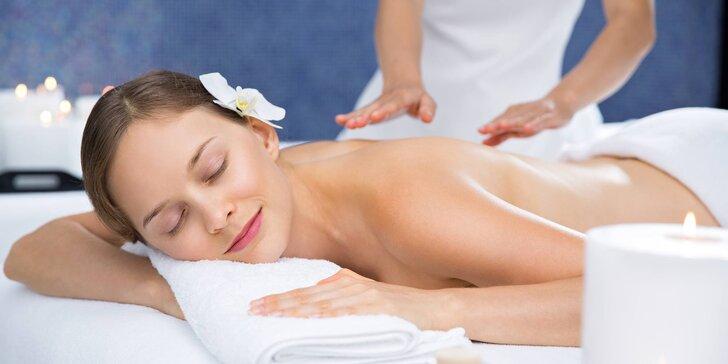 90minutová relaxační masáž se zábalem z máty a mateřídoušky