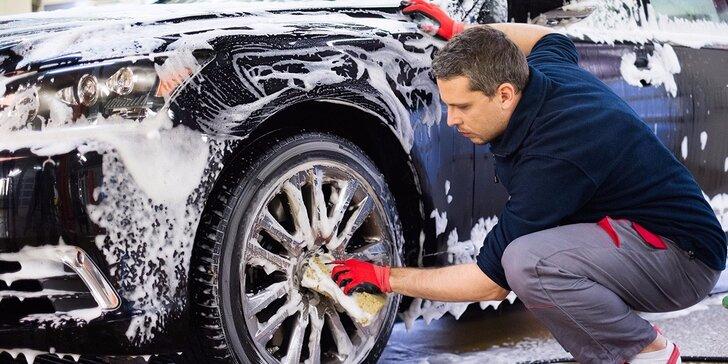 Precizní ruční mytí automobilu včetně interiéru a leštění oken
