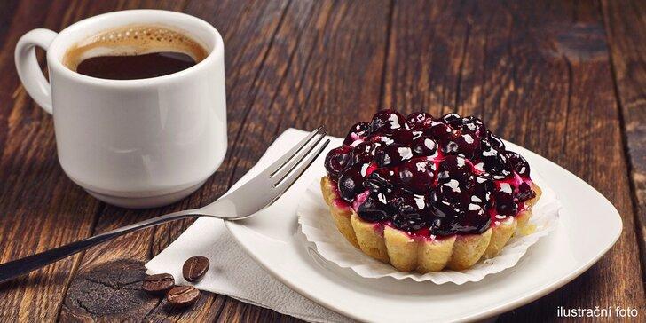 Dva domácí dezerty a dvě kávy ve francouzské kavárně na Malé Straně