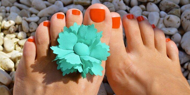 Kompletní péče o nohy s mokrou pedikúrou, masáží a lakováním