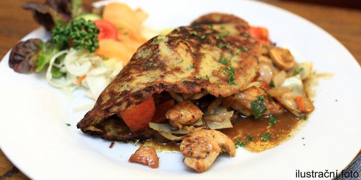 Dvě dobroty na talíři: Bramboráky plněné kuřecí směsí se žampiony