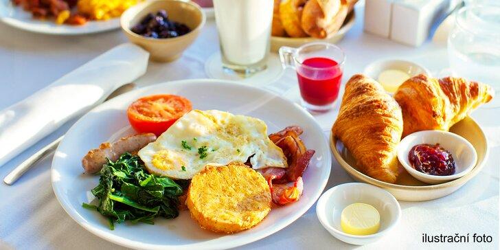 Vydatná snídaně s kávou: výběr z hojně zásobeného teplého a studeného bufetu