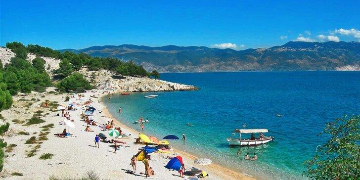 Jednodenní koupání u moře na ostrově Krk v Chorvatsku