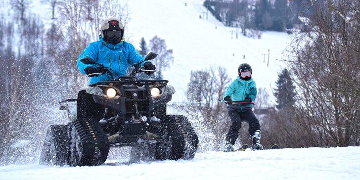 Motoskijöring: adrenalinová jízda na lyžích či snowboardu tažených čtyřkolkou