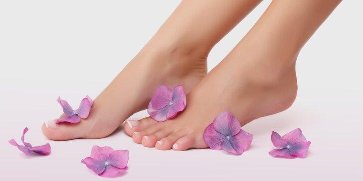 Osvěžující mátová pedikúra pro unavené nohy s lázní a masáží