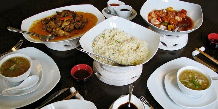Stůl plný exotických dobrot: pikantní i sladkokyselé hongkongské menu pro 2