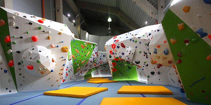 Lezení na stěně nebo boulderu pro děti i dospělé: dohled instruktora i vybavení