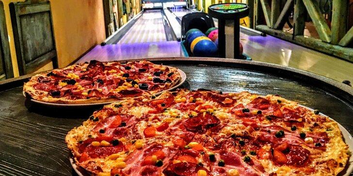 Hodina bowlingu a 2 pizzy dle výběru ve stylovém baru s atmosférou bazaru