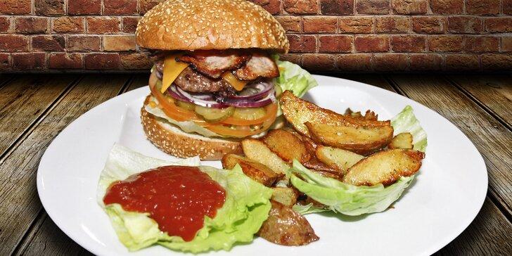 Pořádně napěchovaný Maxi Bacon burger s americkými bramborami