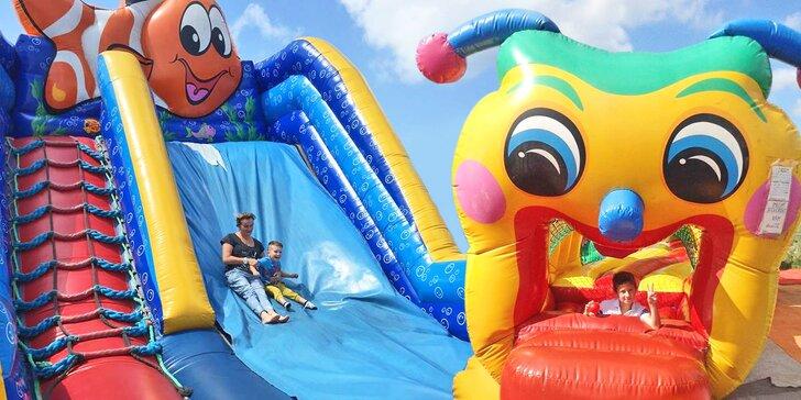 Hopsací ráj pro děti: celý den v nafukovacím parku Líšeňáček pod širým nebem