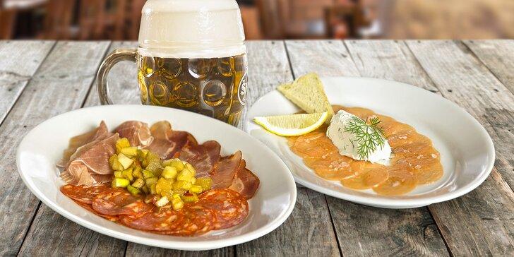 Sdílejte radost z jídla: Teplé i studené tapas dle výběru a 2 šnyt pivečka