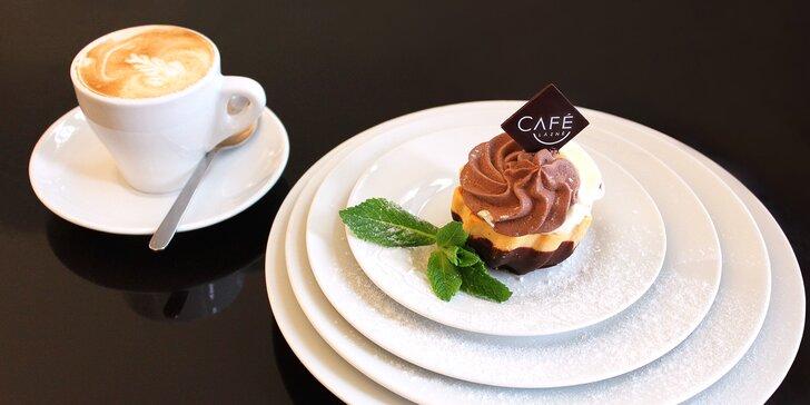 Posezení v kavárně obklopené uměním: cukrářova specialita a nápoj pro 1 či 2