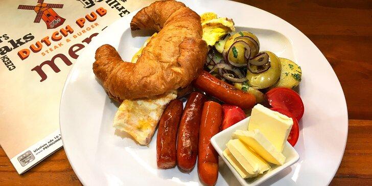 Pořádná americká snídaně: omeleta, brambory, klobása i fresh a káva