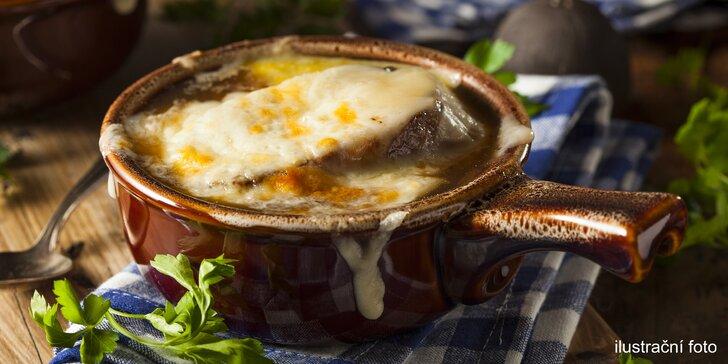 Vyzkoušejte francouzskou klasiku: Cibulačka vařená s vínem a toast se sýrem Gruyé