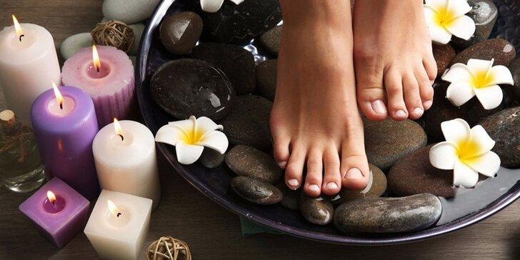 Suchá či mokrá pedikúra s lehkou masáží nohou a možností lakování