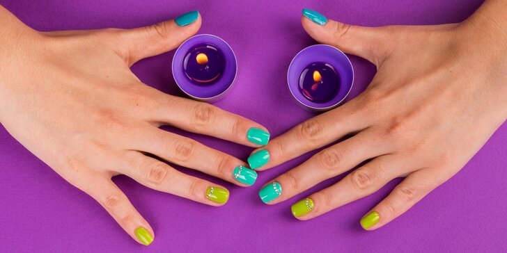 Pečlivá manikúra včetně lakování barevným gel lakem