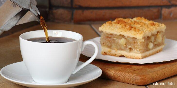 Dvě kávy a delikatesní koláč v kavárně Žirafka